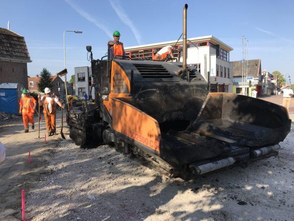 Wethouder Robert Bakker opent het project door de bypass voor de aanleg van de rotonde te asfalteren met Lynpave
