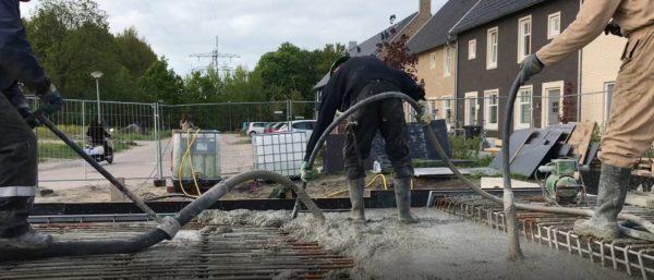 Beton_storten_brug_De_Luwte_trilnaald_voor_de_juiste_verdichting