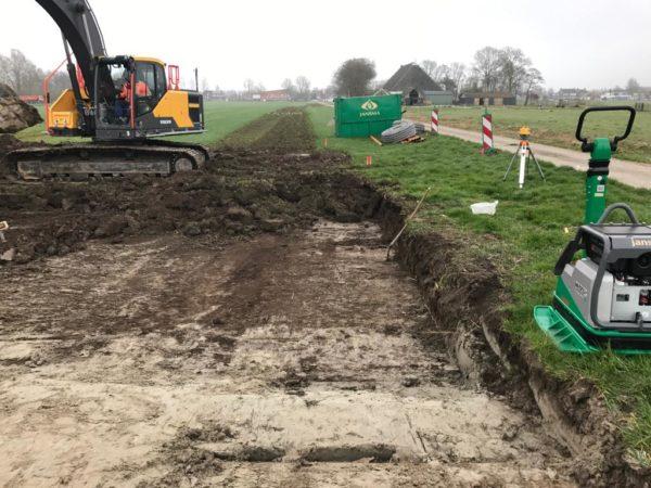 aanleggen_toegangsweg_Landbouwmuseum_te_Leeuwarden-uitzetten_piket_meten_op_gps