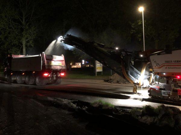 In_de_nacht_asfalt_frezen_In_Leeuwarden
