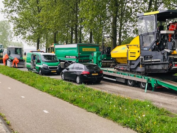 Planetenlaan_asfalteren_met_veel_materieel_asfaltspreidmachine_AVJR_Jatra_Jansma_Drachten