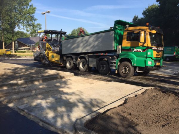Kippertrailer-asfaltspreidmachine-asfalteren-kanaalweg-leeuwarden