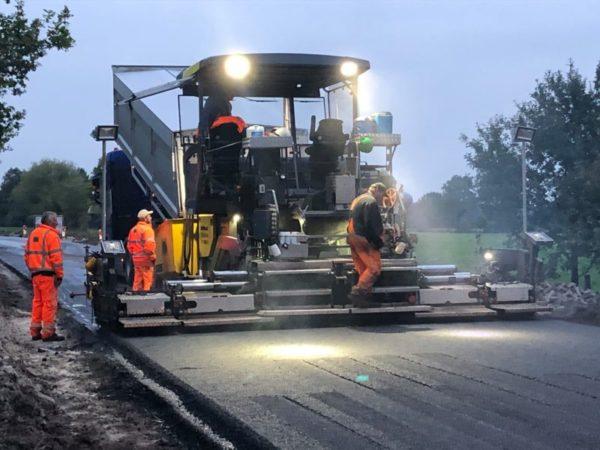 Asfaltspreidmachine-in-actie-op-De-Skieding-asfalt