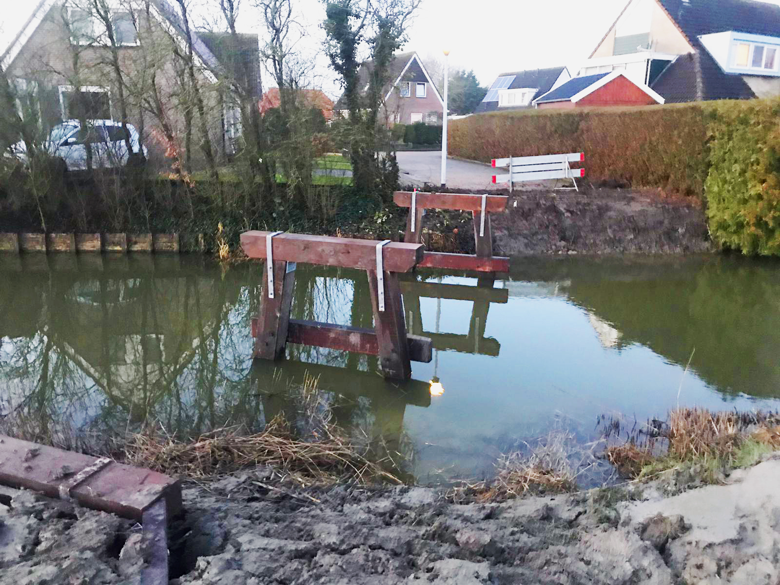 Voetgangersbrug_wommels_in_het_water