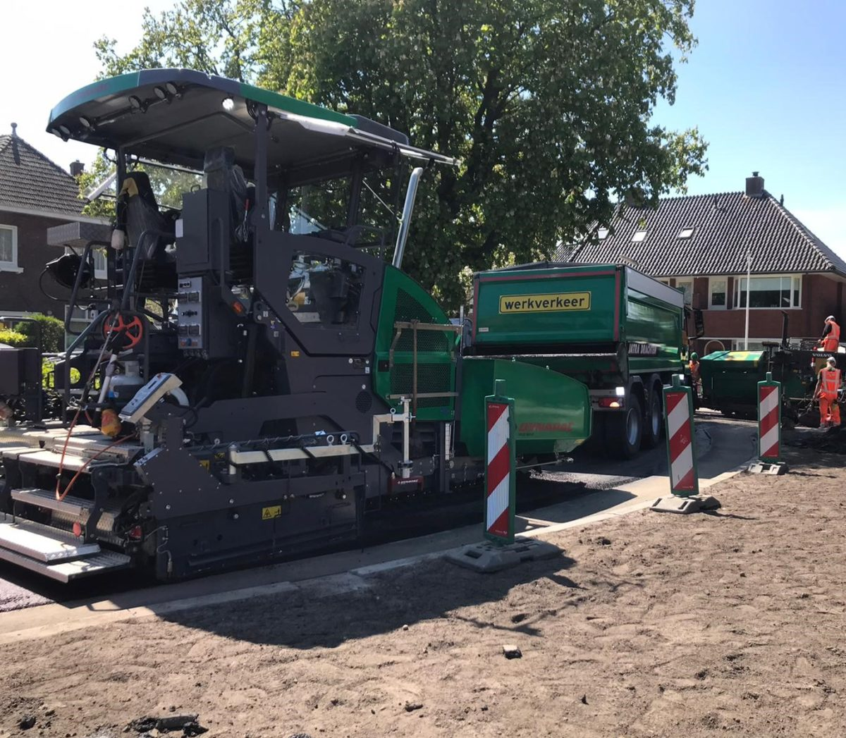 Asfaltspreidmachine-groen-kiepauto-Leeuwarden-mei-2020-asfalteren-TjerkHiddesstraat