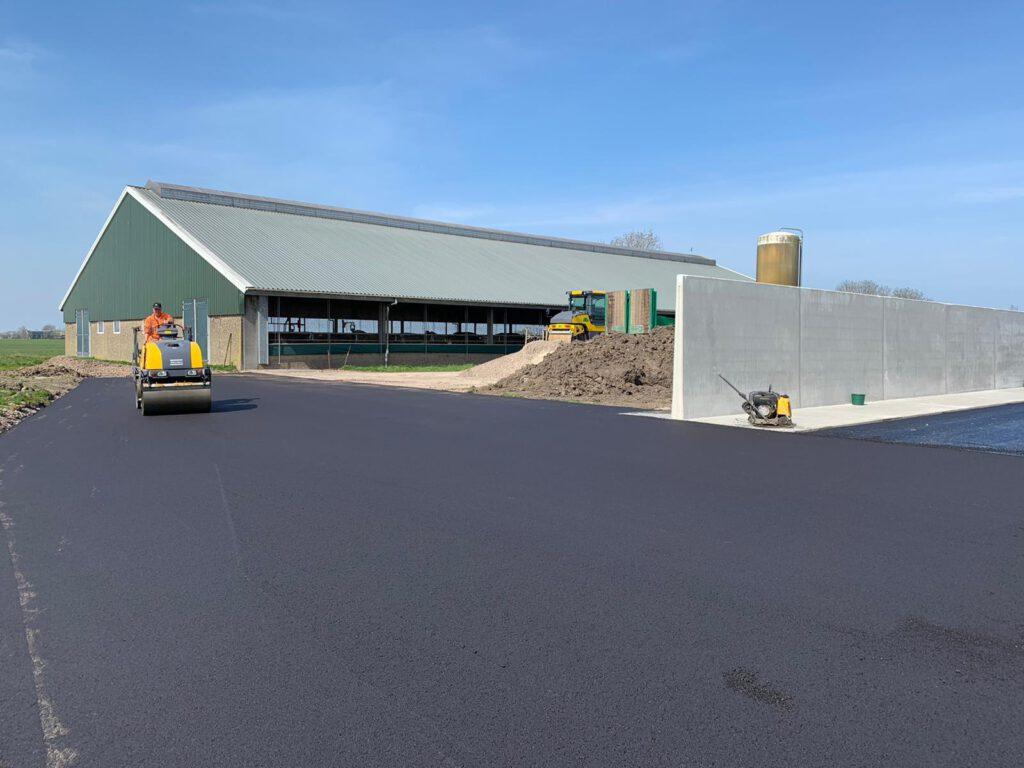 sleufsilo op boerenerf voor de boer, agrariër, akkerbouwer uitgevoerd in asfalt in Friesland. Dit asfalt is zuurbestendig en kan eventueel vloeistofdicht worden gemaakt.